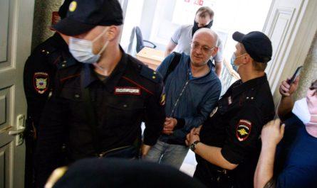 По делу о покупке марихуаны в Петербурге задержан Максим Резник. На политического деятеля заведено уголовное дело за незаконный оборот наркотических средств.