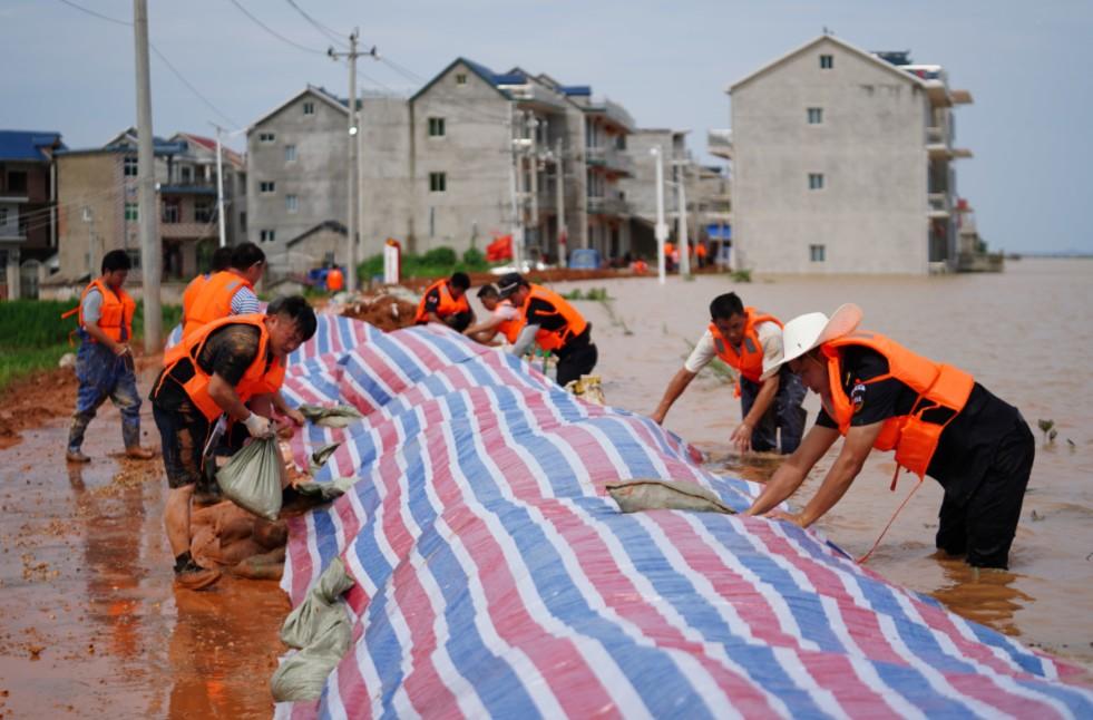 Ситуация в Китае на сегодняшний день: наводнение унесло жизни 33 человек