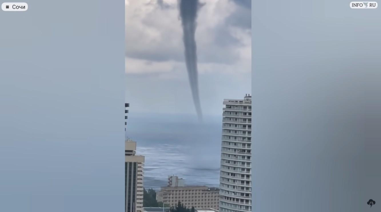 Торнадо в Сочи! Смерч обрушивается на южный город России.